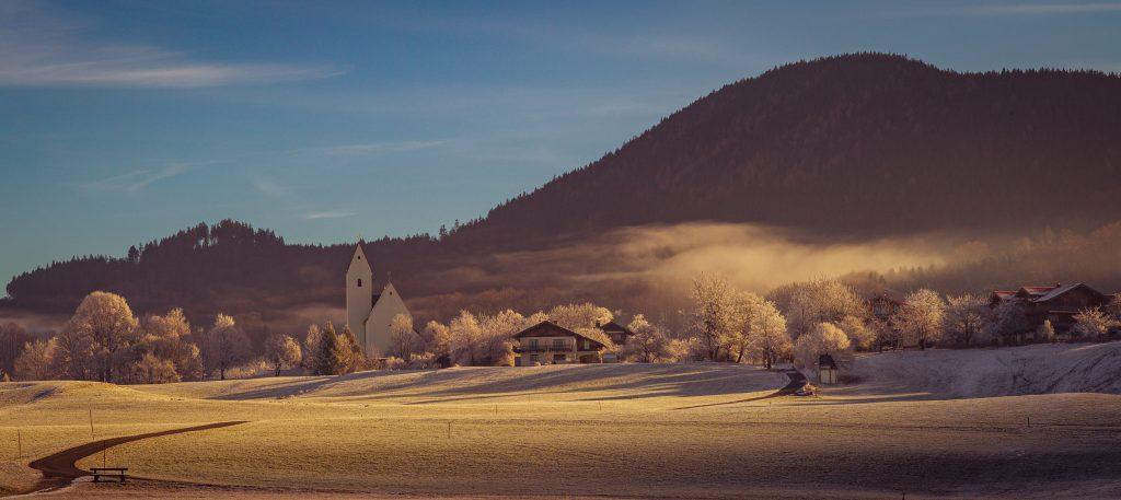 Grainbach im Raureif bei aufgehender Morgensonne
