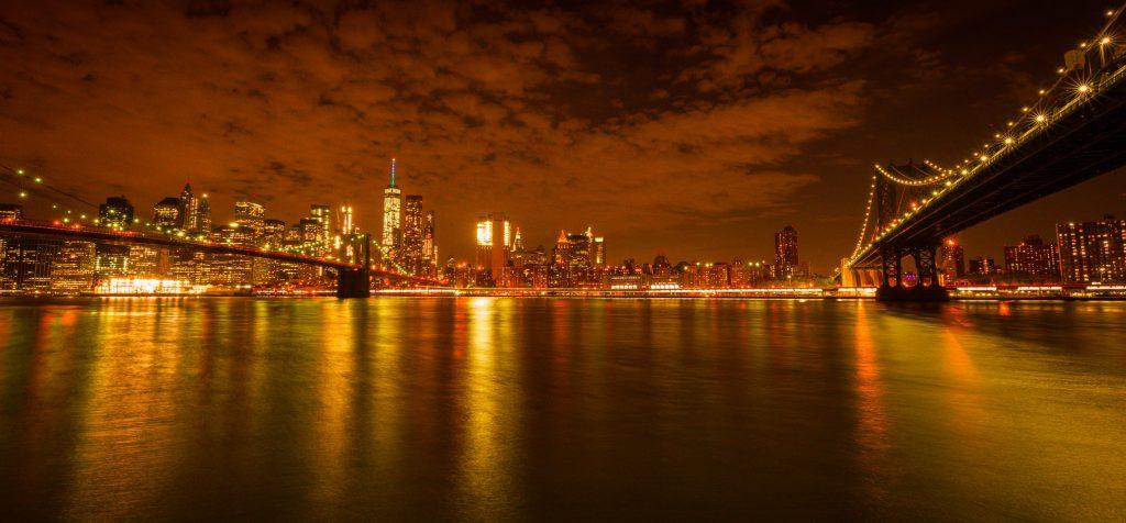 Die Brooklyn Bridge (links) und die Manhatten Bridge (rechts) bei Nacht