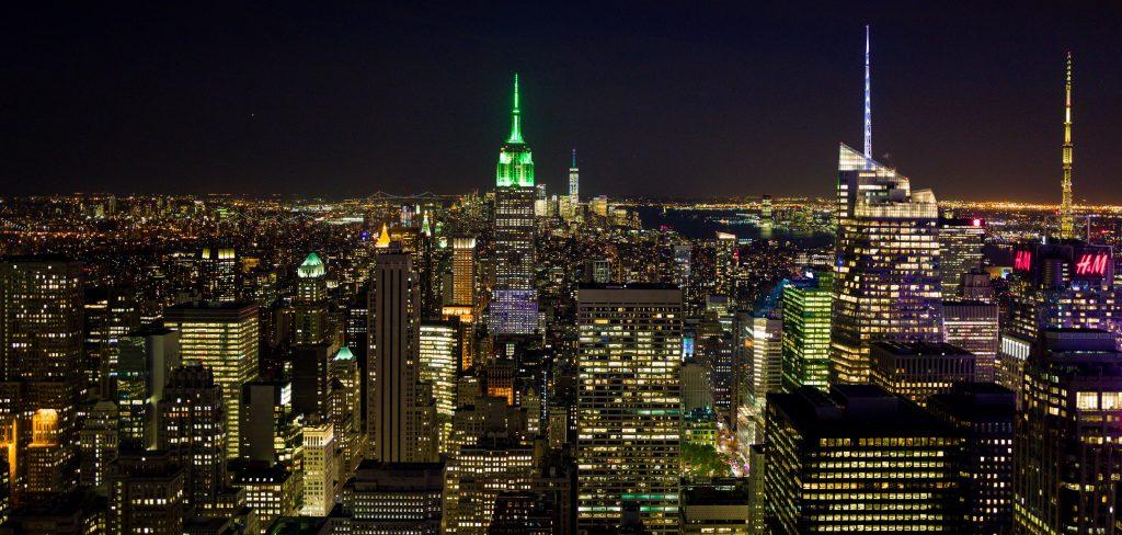 Blick auf das Empire State Building und Manhatten bei Nacht