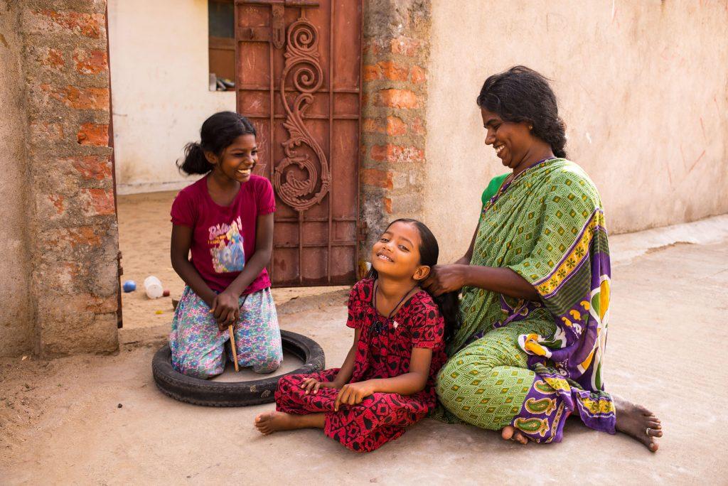 Mutter flechtet die Haare ihres Kindes