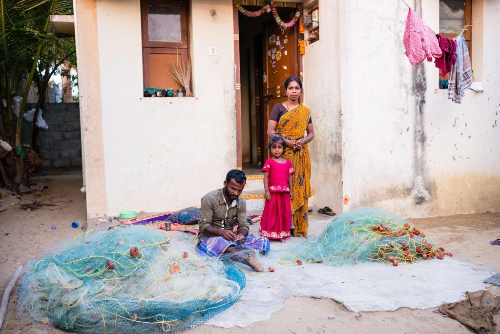 Ein Fischer repariert die Netze für den nächsten Tag