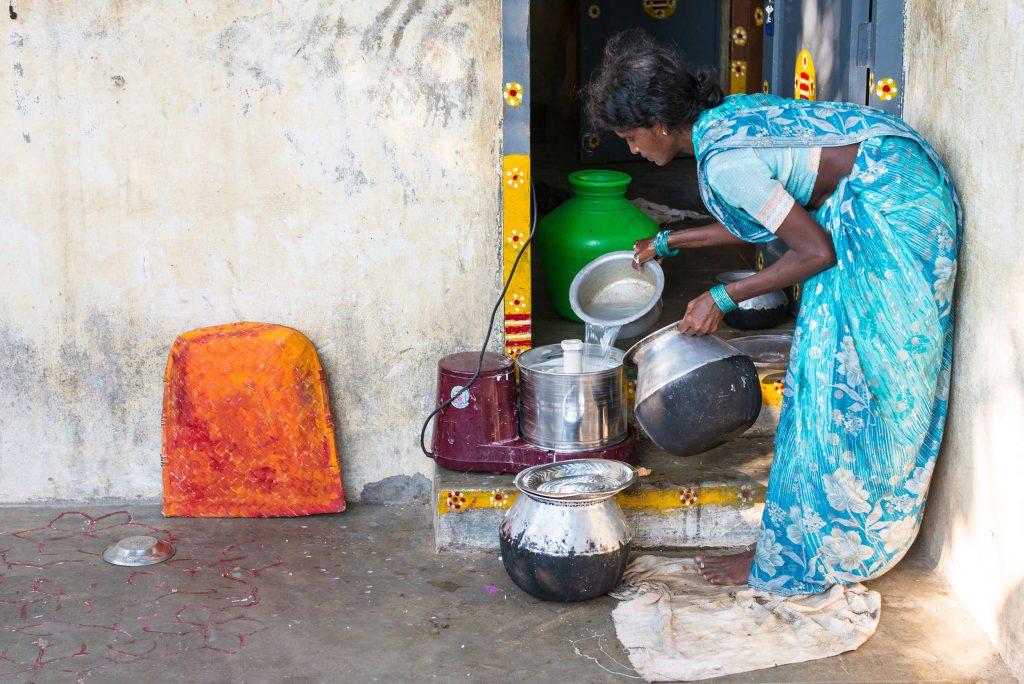 Reiswaschen am Hauseingang.