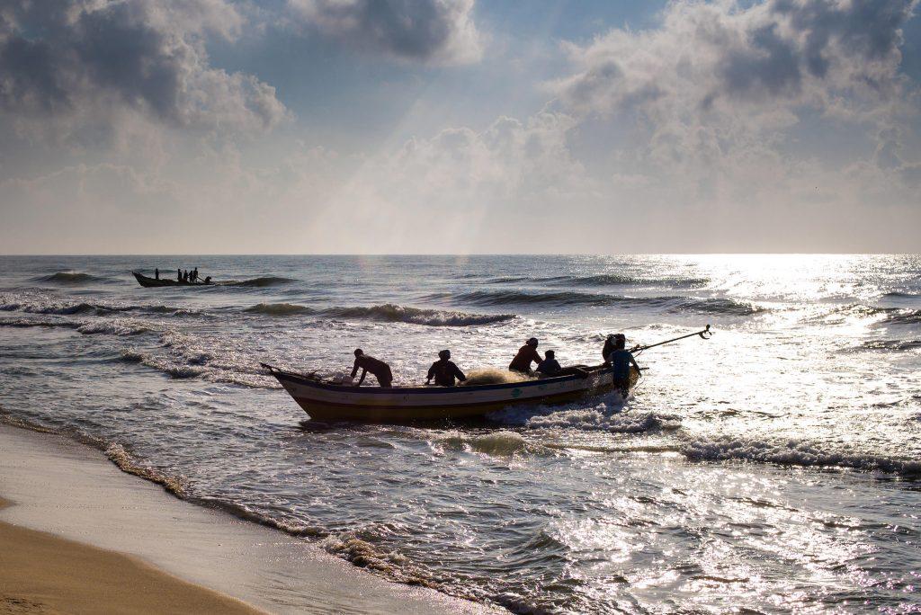 Fischer kommen mit dem Fang des Tages zurück vom Meer