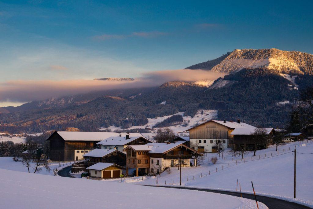 Blick auf die Hochries über dne Ortsteil Friesing im Winter
