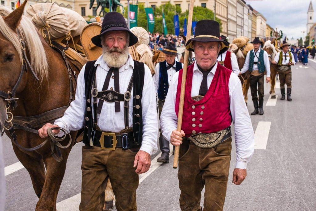 Die Samer des Trachtenvereins Grainbach beim 181. Trachten- und Schützenzug 2014 in München