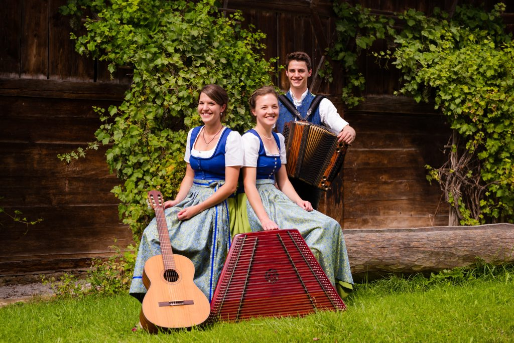 Feine Stubenmusik: Die Geschwister Rauch (Regina, Marlene und Andreas) aus Mupferting.