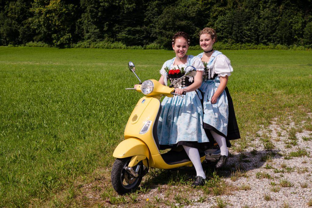 Flotte Nachwuchs-Trachtlerinnen: Anna Huber und Anna Hötzelsperger, zwei junge Aktive Dirndl des Vereins.