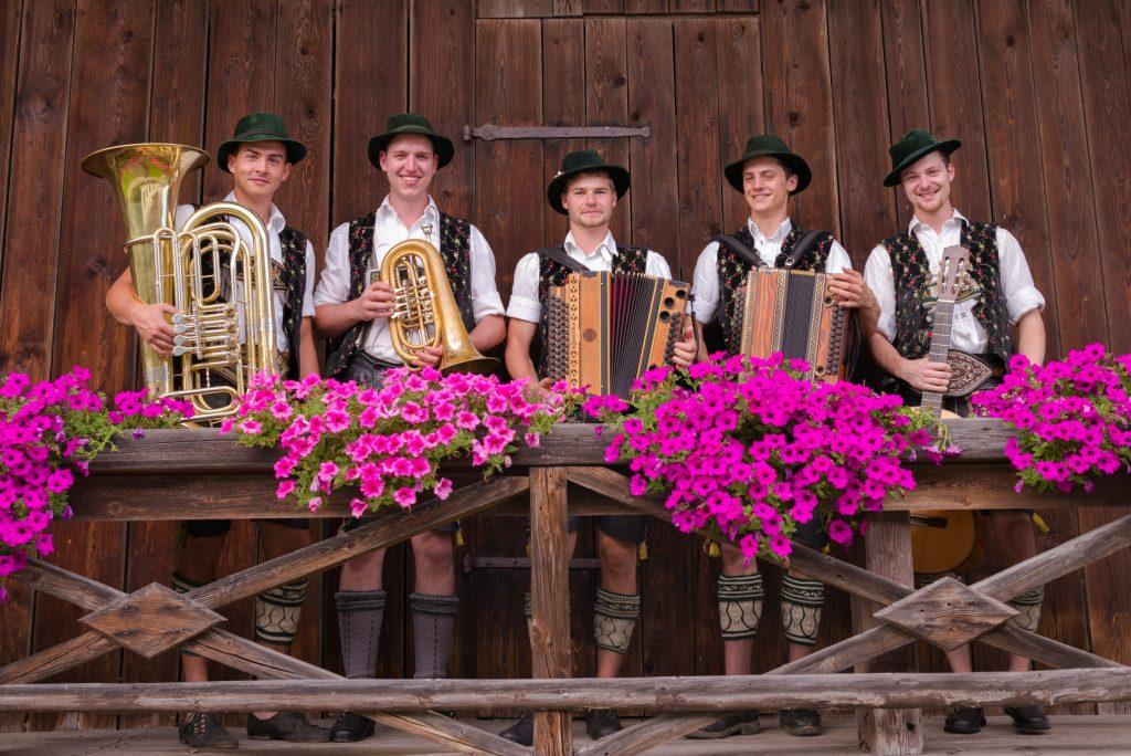 """""""Frisch aufg'puit"""": Die Musikanten de """"Anzwies-Musi"""" auf dem Balkon des Munzinger-Stadls. (V. l.: Matthias Jell, Sebastian Strohmayer, Florian Hötzelsperger, Andreas Rauch und Korbinian Resch)."""