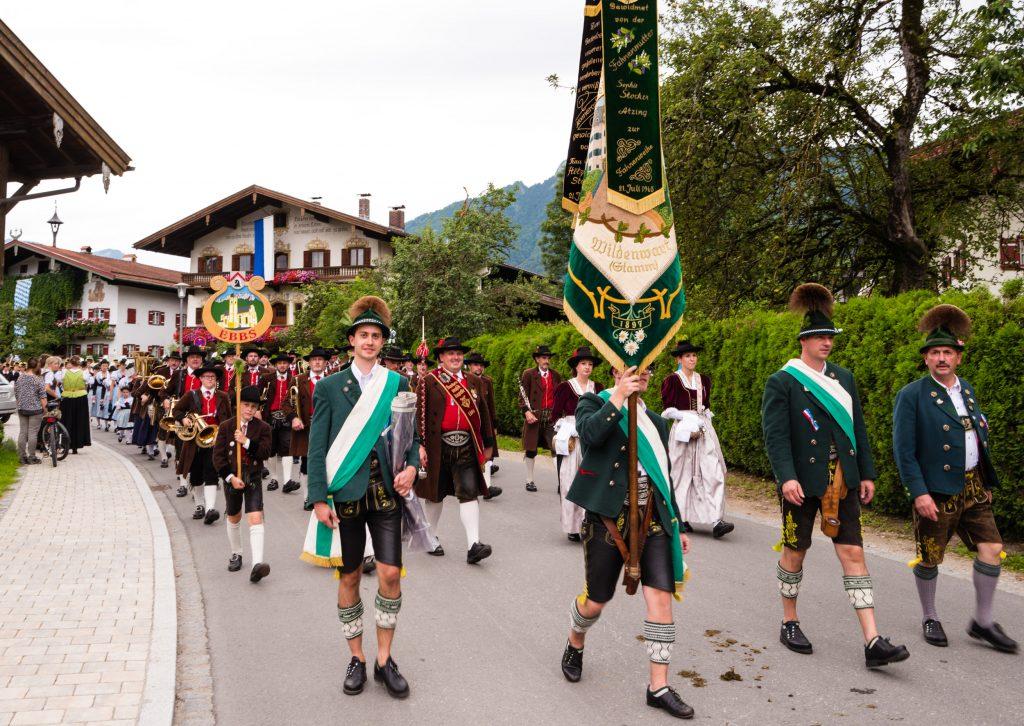 Der Verein beim Gautrachtenfest 2016 in Unterwössen. Hinter der Fahnenabordnung ) marschiert die befreundete Bundesmusikkapelle aus Ebbs in Tirol, die den Atzinger Trachtenverein seit vielen Jahren bei Festen begleitet.