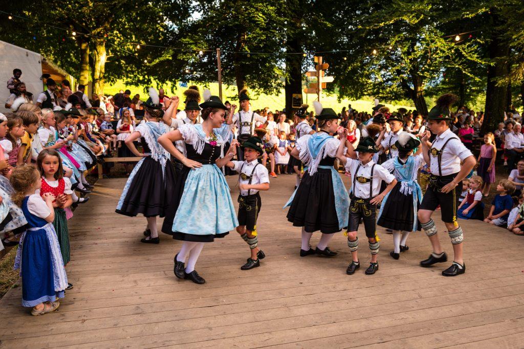 """Die Kinder- und Jugendgruppe des Vereins beim """"Mühlradl"""" – einem sehr alten Trachtentanz, der in zahlreichen Trachtenvereinen zum """"Standard-Repertoire"""" bei Auftritten gehört."""
