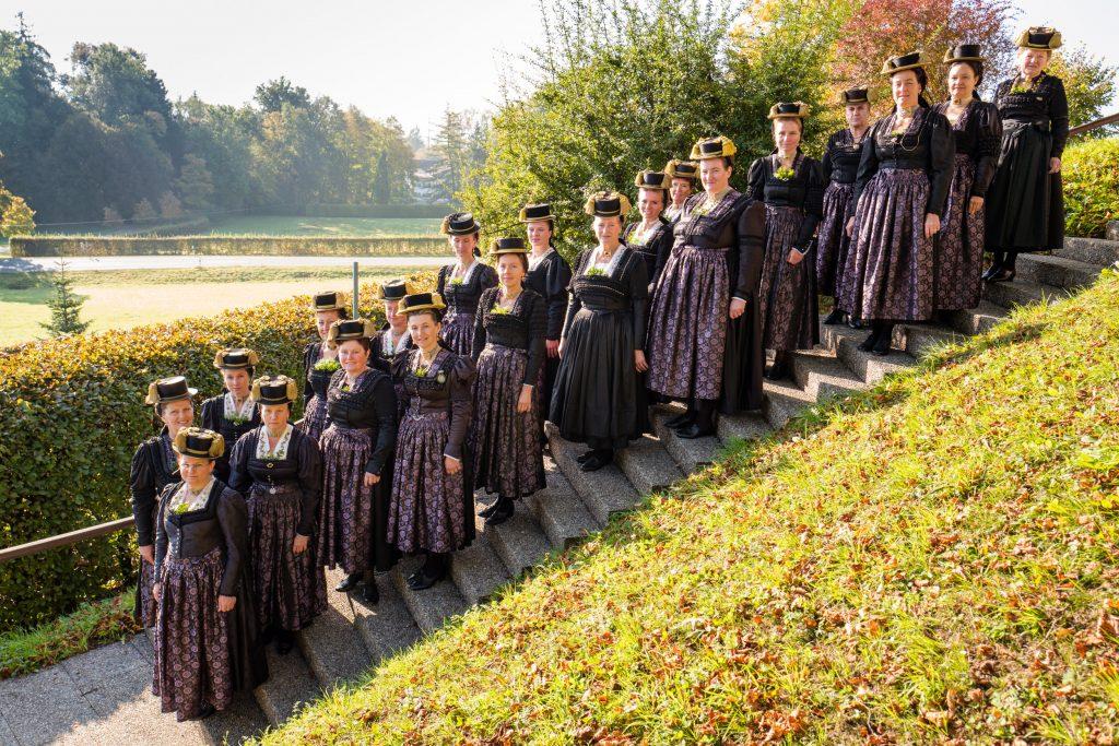 """An Gedenktagen sowie zu Beerdigungen wird zum """"Röcki-G'wand"""" eine dunkle Schürze getragen. Einige Frauen tragen dazu auch im Oberteil einen dunklen Einsatz."""