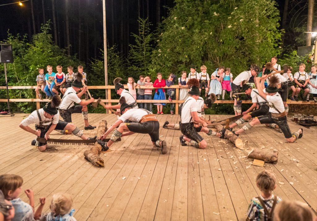 Ein fester Bestandteil und einer der beliebtesten Punkte im Programm der Waldfest-Auftritte: Der Original-Holzhacker-Plattler vor passender Kulisse im Munzinger Buchenwald.