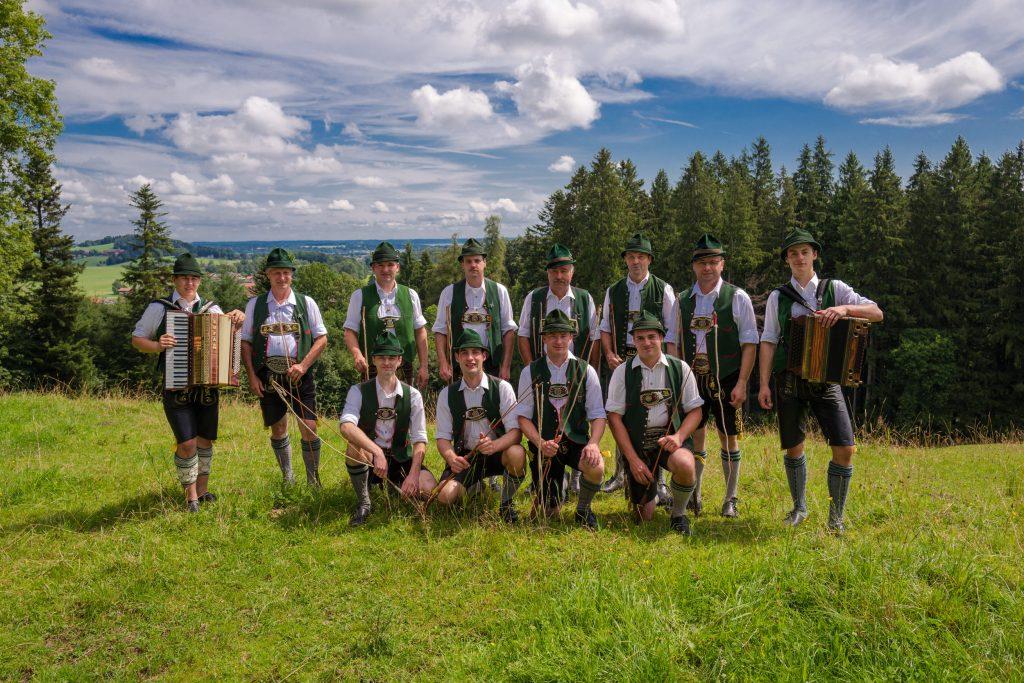 Die Atzinger Goaßlschnalzer erfreuen seit nunmehr über 35 Jahren ihre Zuschauer mit beeindruckend lautstarken Vorstellungen. Die Gruppe gründete sich 1980 und umfasst heute 10 Schnalzer. Die Gruppenaufnahme entstand am Liebl-Berg.