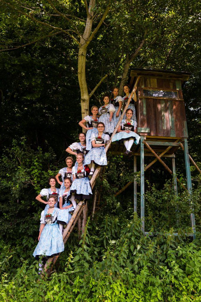 """Hoch hinaus ging es bei einer Gruppenaufnahme der """"Aktiven Dirndl"""" auf einer Hochsitzkanzel am Rande des Mupfertinger Buchwaldes."""
