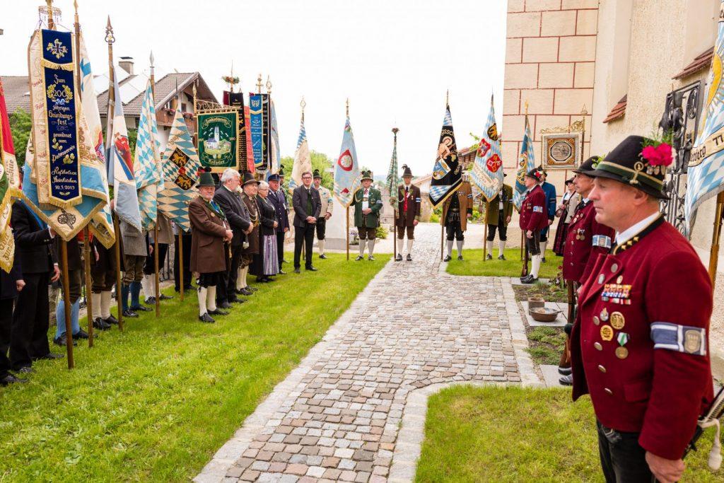 Dem Eintreffen der Kompanien und Vereine folgte als Erstes ein Ehrendes Gedenken mit Diakon Günter Schmitzberger beim Kriegerdenkmal im Törwanger Friedhof.