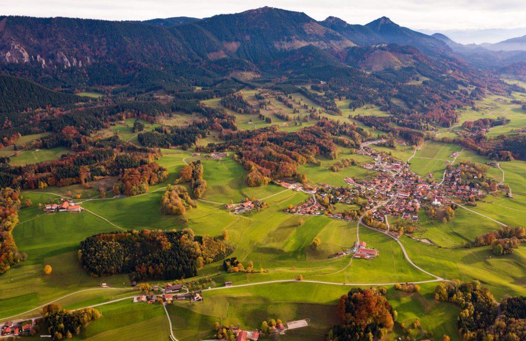 Blick über Grainbach zur Hochries mit Karkopf und Feichteck