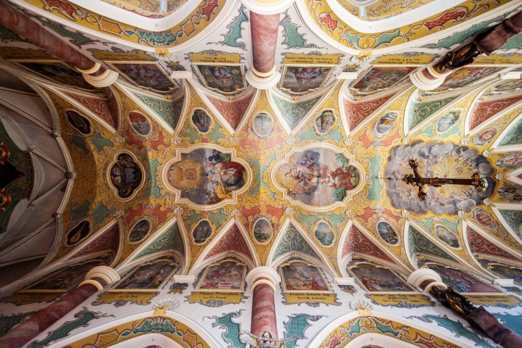 Blick auf die Decke der Frauenkirche in Wasserburg